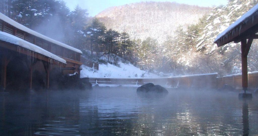 日本百選溫泉第一名「草津溫泉」 在雪景中享受溫暖泡湯樂趣