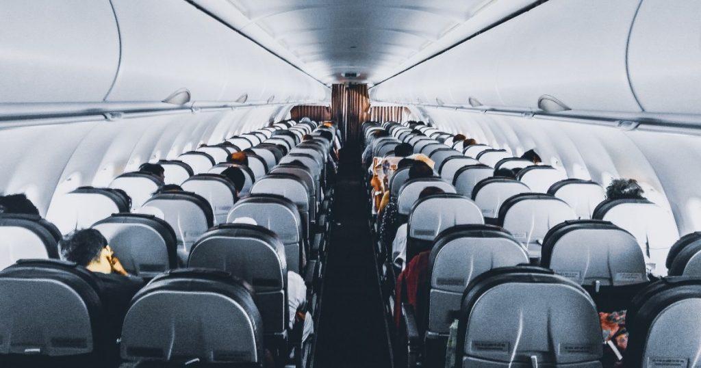 哪個座位才安全?搭飛機防疫秘訣!做好個人防護